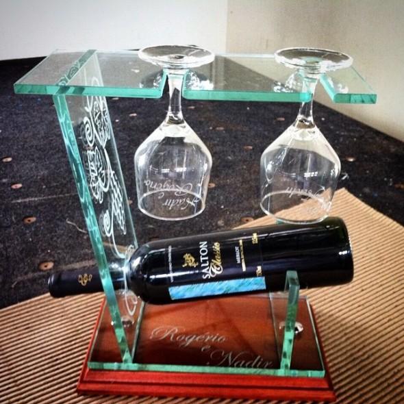 portavinho-em-vidro-e-madeira-com-jateamento